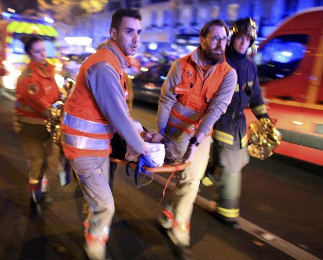 Samfunnet må være knallharde i møte med dem som er radikalisert; på skolene, i familiene og i moskeene, skriver Abid Q. Raja (V). Bilde fra Paris etter terrorangrepet gjennomført av IS i november 2015. 130 mennesker ble drept.