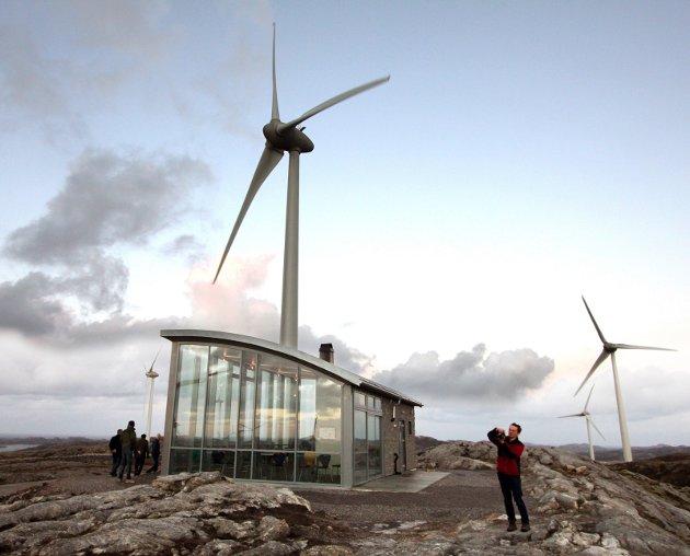 VINDMØLLER: – Jeg begynner å lure på hva som skjer i Mosjøen, skriver Bjørn Økerni dette innlegget. Bildet er fra Ytre Vikna vindpark hvor representanter fra Øyfjellet vindpark var på besøk for fire år siden. Foto: Are Andersen