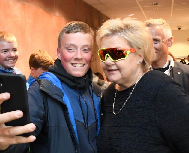 SOM SIST: Erna Solberg lot, som i 2014, mange elever på Sandfallet ungdomsskole ta selfie sammen med henne.