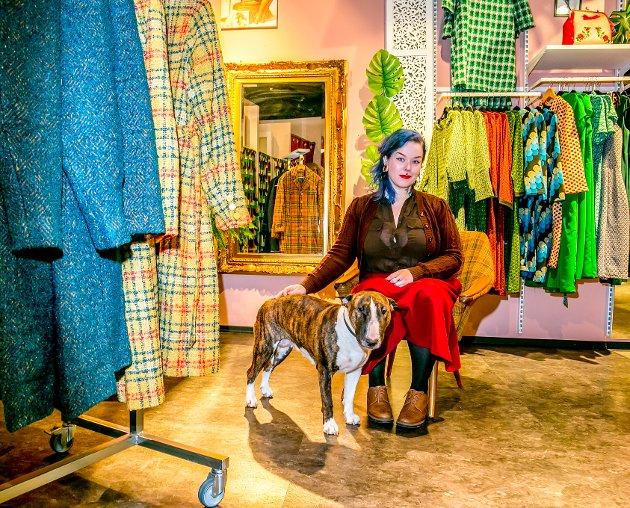 SKADEFRYD: Sunniva Pedersen driver retro-butikk med klær fra 50,60 og 70 tallet. - Jeg har mange faste kunder forteller hun. - Og så er jeg den eneste på hele senteret med hund i butikken, smiler hun stolt.