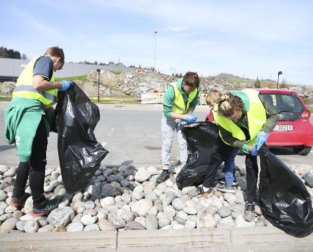 INNSATS: Søndag formiddag stilte spillere og foreldre opp og ryddet søppel rundt McDonald's-restaurantene i Nygårdskrysset, Ski og Vestby. FOTO: STIG PERSSON