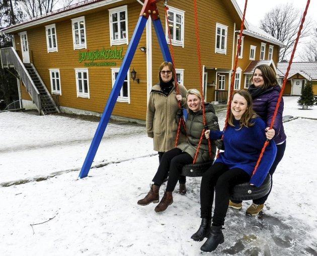 SNAKKER: Smilene er tilbake etter den vanskelige tiden for Klengstua barnehage. Foto: Hanne Eriksen