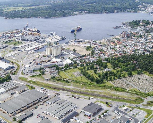 Grønt skifte: Larvik havn er Norges nest største containerhavn – men det gjør ikke Larvik til «Norges største veikryss». Tvert imot gir det Larvik en viktig rolle i det grønne skiftet, skriver styreleder i Larvik Havn, Tove Lisbeth Vasvik, og havnedrirektør Fredrik Jonas.Foto: Larvik Havn