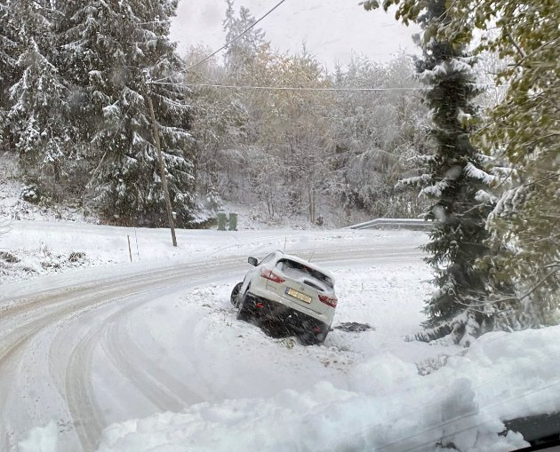 GLATTE SKO: Mange kjørte av veien tirsdag morgen. Bildet er fra «Hansensvingen» på Branderudveien på Leirsund.