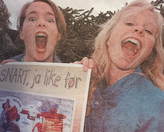 """Førjulsspill: Kari Anne Hoset (17) (t.h.) og Ingrid Eggen (14) har tatt på seg ansvaret for oppsetning av Ola Jonsmoen og Helge Førdes julespill. - Det var to grunner til at vi sa ja til å ta ansvaret for """"Snart, ja like før"""". Det ene er en voldsom interesse for teater, det andre handler om en aldri så liten dose galskap!"""