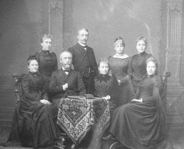 (Bilde 2) STOR FAMILIE: Foto av familien Hansen 1889. Lilla er nr. 2 øverst fra høyre. Foto: Privat  FOTO: Picasa /