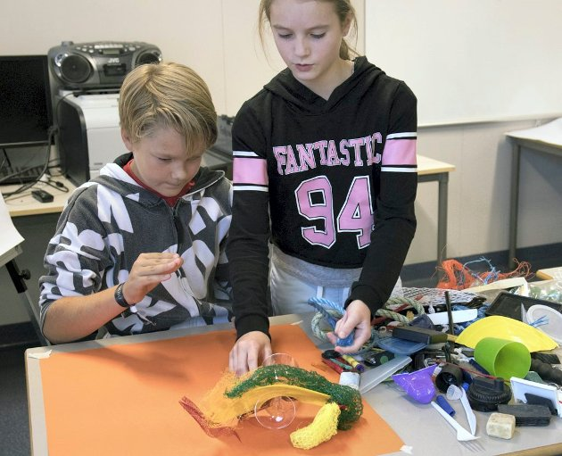 Marius Langeteig og Madeleine Lekanger Gørlitz-Håkonsen på Gullaug skole i full sving med å lage kunst av plast.