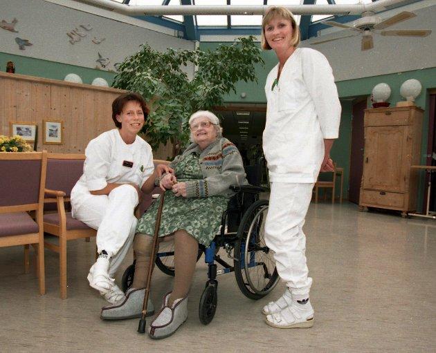 Hjelpepleierene Tone Laila Olsen og Berit Tveit slår av en prat med K.M. Thoresen på Østre Toten sykehjem.