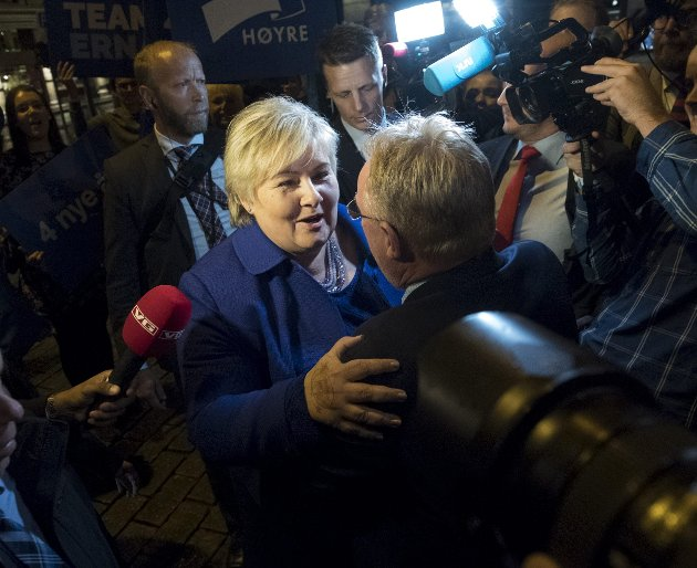 Statsminister Erna Solberg (H) blir gratulert av fiskeriminister Per Sandberg (Frp) valgnatten 2017. I det siste har det stormet rundt sistnevntes slepphendte holdning til sikkerhetsbrudd, uten at Solberg har vist et tydelig lederskap.FOTO: ARNE RISTESUND