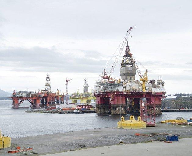 Det internasjonale energibyrået IEA mener ingen nye oljefelt må åpnes hvis målet om å begrense oppvarmingen til 1,5 grader skal nås. Her ligger oljeriggene COSL Innovator, Deepsea Bergen, Safe Scandinavia og Transocean Equinox ved CCB på Ågotnes. ARKIVFOTO: ANDERS KJØLEN