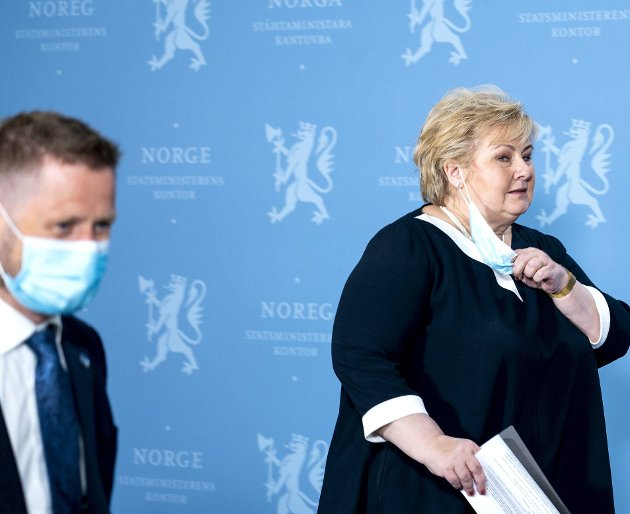 Statsminister Erna Solberg og helseminister Bent Høie mener å se slutten på koronapandemien, samtidig som smitten øker kraftig flere steder. Utspillet hjelper ikke akkurat de lokale myndighetene i Bergen sine anstrengelser, som blant annet er å påby munnbind igjen. FOTO: NTB