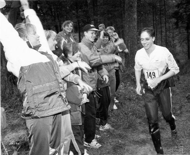 Orientering - St. Petersburg 1992. Stor jubel fra de norske lagkameratene da bodøværingen Kolbjørn Rabben som siste nordmann dukket fram fra de russiske skogene. Han var blant de mange som lette forgjeves etter en post som var stjålet.