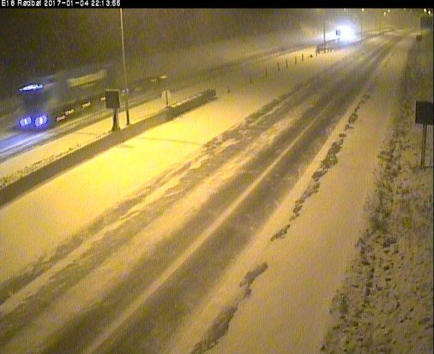 På E18 ved Rødbøl var det ene feltet helt dekket av snø onsdag kveld. Dette er mellom Sandefjord og Larvik. Skjermdump fra Statens Vegvesen