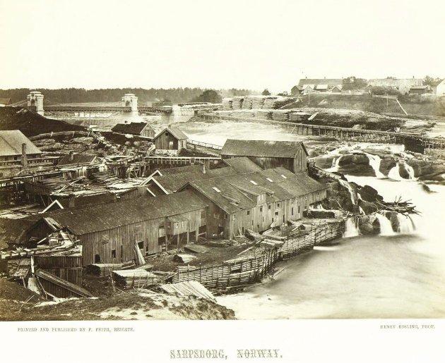 Henry Roslings detaljerte fotografi av fossen og brukene fra rundt 1860, med påskriften «Sarpsborg Norway».