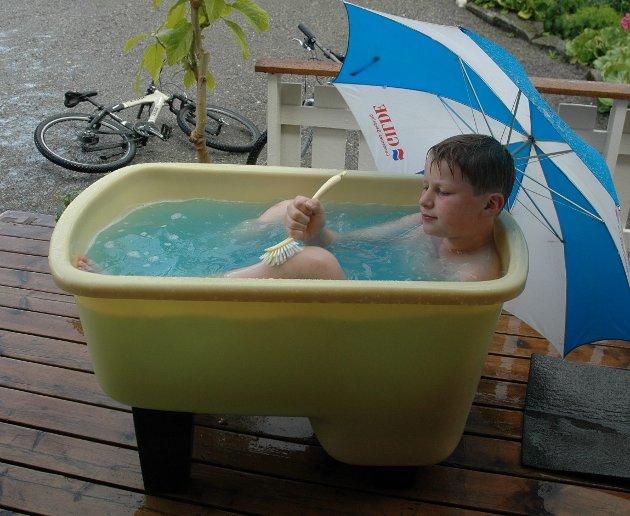Mens man venter på at det blir et basseng i Steinkjer igjen, får man ordne seg som best man kan hjemme.
