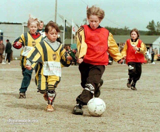 ALTATURNERING: 1998. Minijentelagene sjarmerte de fleste i senk i sin kamp om ball og mål. Johanne Bjørnå (t.v) ga alt i kampen mot Nuvsvåg.