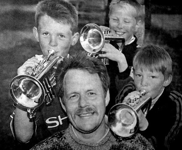 Stein Liland ville i løpet av sommeren finne frem dirigentstaven og de første notene  slik at aspirant Erlend Oddnung Sandnes (8),  Chris Ivan Kristensen (9) og Andreas Hellesvik Liland (8) fikk  noe å bryne seg på. Napp- skole og ungdomskorps skulle igjen gi nordbygda flerstemmig messingklang.