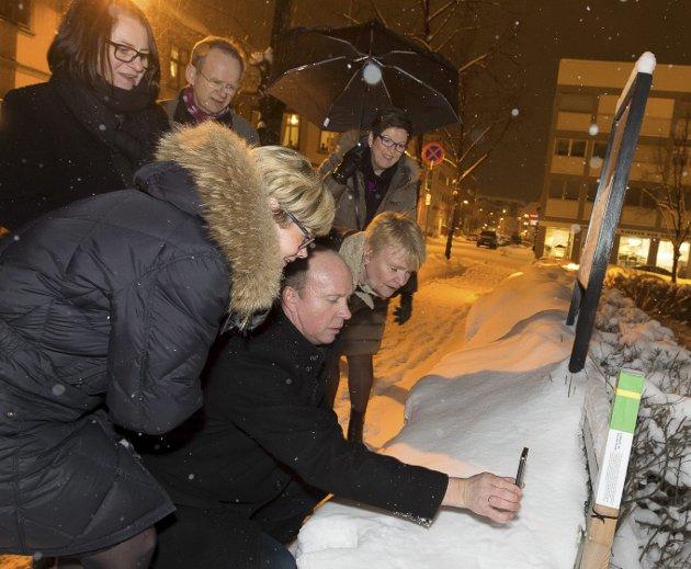 Kvitter ut: Den daværende helse- og omsorgskomiteen på Stortinget var på stolpejakt i Gjøvik sentrum i 2015. Nå bør stortingspolitikerne kvittere ut med penger til Stolpejakten over statsbudsjettet, mener artikkelforfatteren.Arkivbilde