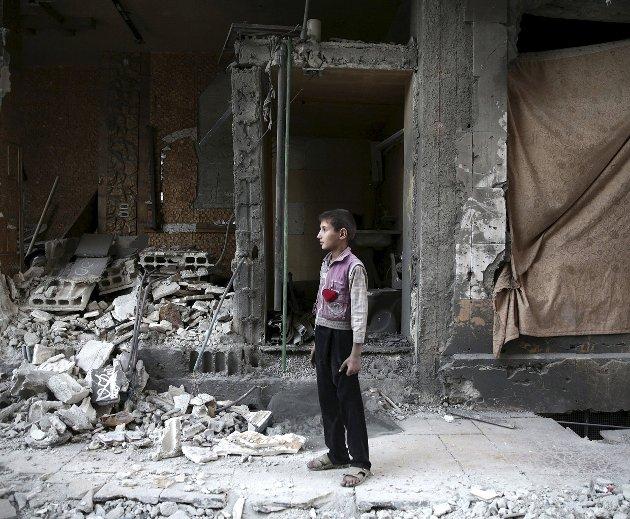 Hard rammet: Pengene som samles inn i årets tv-aksjon skal blant gå til helsehjelp i krigsområdene i Syria. Dette bildet ble tatt etter luftangrep i landets hovedstad Damaskus tirsdag. FOTO: REUTERS