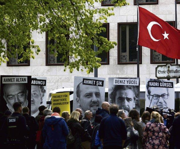 Medienes troverdighet er helt avhengig av frihet. Dersom det ikke er redaktøren som bestemmer hva som skal publiseres, er det ikke lenger enn fri avis eller et fritt medium. Her ser vi en demonstrasjon mot pressens forhold i Tyrkia utenfor den tyrkiske ambassaden i Berlin den 3. mai i 2017. Arkivfoto: AP
