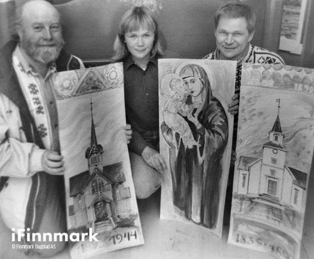 Hammerfest kirke skal dekoreres hvor motivene skal indikere byens kirke historie bakover i tid de siste 400 årene. Her er tre av motivene som er tenkt utarbeidet, ifølge prost Hans Boch, (t.v.) og kunstnerne Eva og Knut Arnesen som skal stå for arbeidene. 01.07.1993.