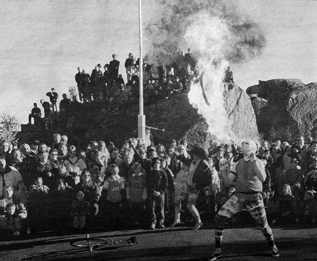 Steinar Vol fra Stamsund hadde vist seg som en av de virkelig uredde i Guanogjøglerne. Han imponerte tilskuerne flere steder i landet med sin vågale lek med ilden. Her blåser han et skikkelig  ildmørj under åpningen av teaterfestivalen  Stamsund. Nå skulle han  prøve å  sette verdensrekord i flammeblåsing.