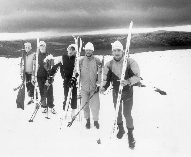 Treningssamling Norra Storfjället, Tärnaby, november 1989. Mens snøen lar vente på seg på Helgeland, må langrennsløperne i distriktet helt til Tärnaby i Sverige for å finne forhold som minner om skikkelig vinter. Et 40-talls løpere var samlet i Norra Storfjället, nærmere 1000 meter over havet.
