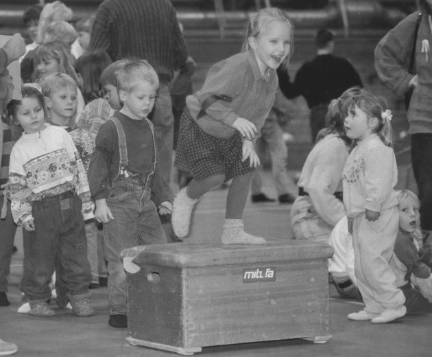 Barnehagebarn i Askim invitert til Askimhallen - Askim IF 100 år - Barn i lek 25.01 1993 - 9.01/-
