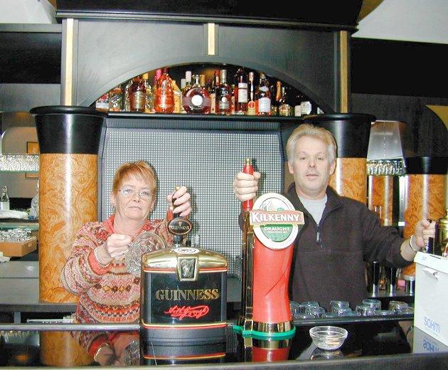 Innehaver Bjørn Liodden og en av de ansatte, Lise Gro Hjelle bak ølkranene på Smia pub. Bildet er tatt i 2003.