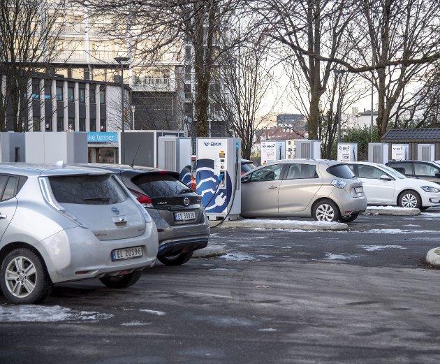 – En bil er en bil når det kommer til mange forhold, ikke minst arealbruk, uansett om det er el, bensin eller diesel, skriver innleggsforfatteren. Arkivfoto: Eirik Hagesæter