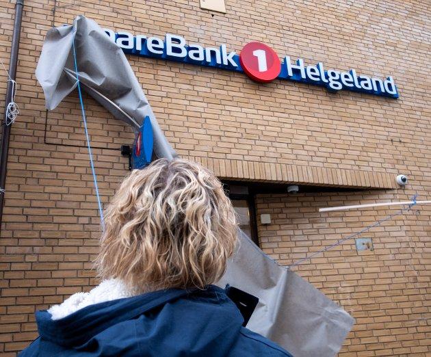 Sparebank 1 Helgeland. Navnet og skiltet på veggen er avduket. Hanne Nordgaard sto for avdukingen.