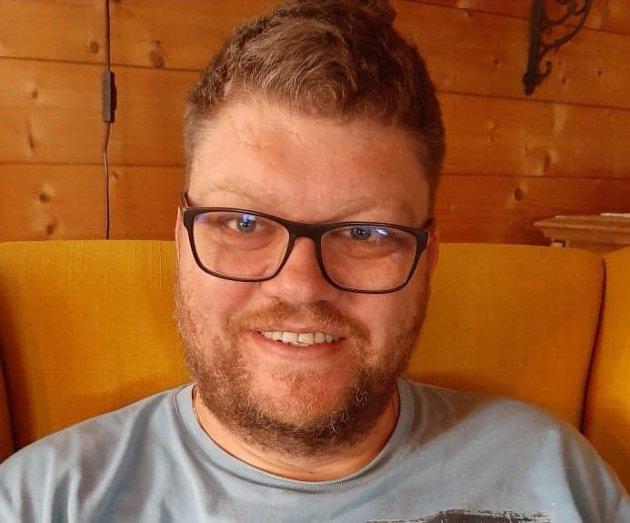 NABOPRAT: Journalist John Erik Thorbjørnsen og naboen har mye å snakke om.
