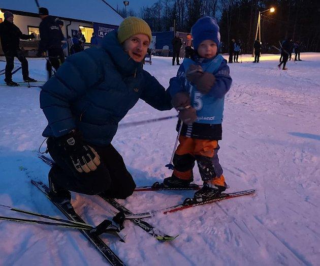 Toe(4) får hjelp av pappa Magnus til å gjøre seg klar.
