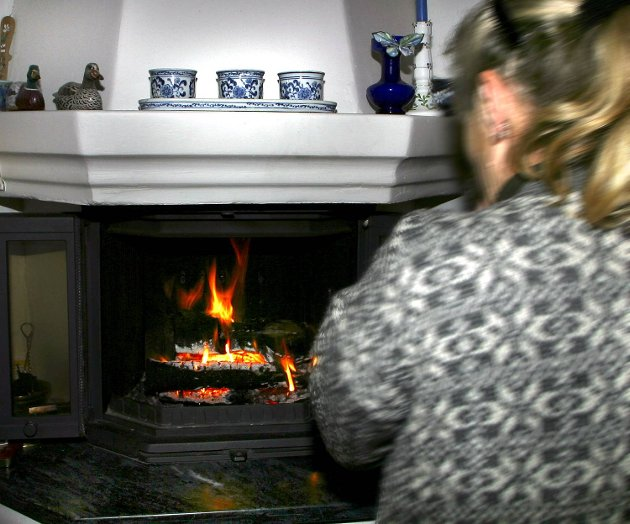 Folk sitter og fryser i kalde hus på grunn av dyr strøm.