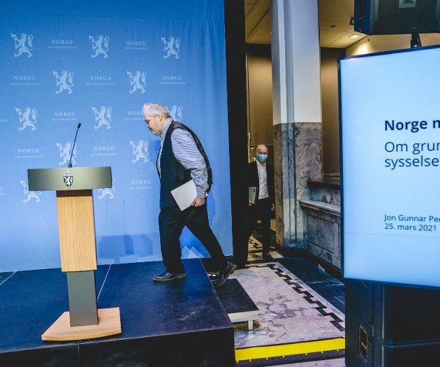 Jon Gunnar Pedersen har ledet det regjeringsoppnevnte utvalget, og han overleverte sist torsdag utvalgets rapport til finansminister Jan Tore Sanner (bak). Utvalget vil blant annet reformere skattesystemet. Foto: Stian Lysberg Solum, NTB