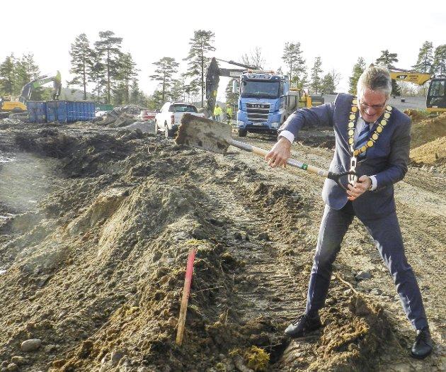 Ordfører Thor Edquist tok det første spadetaket 7. november 2017.