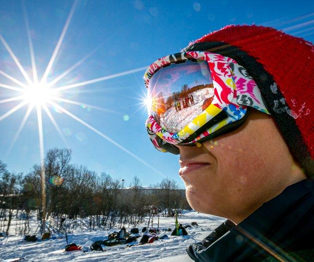 STRÅLENDE SOL: Det var mange som koste seg i snøen og under sola på Charlottenlund.