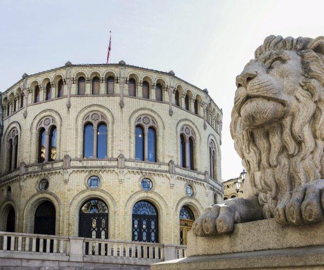 Pengerot: Løven passer på foran Stortinget. Innenfor veggene sliter flere med å føre riktige reiseregninger. Foto: Gorm Kallestad / NTB scanpix