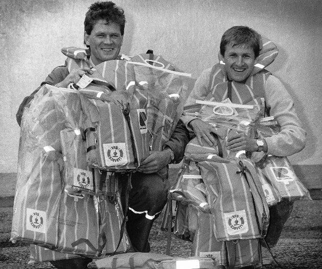 TIL LEIE: Steinar Eilertsen (t.v.) og Tore Risanger kunne i 1988 anbefale folk å leie redningsvest på brannstasjonen når de skulle på sjøen. Leien var billig.
