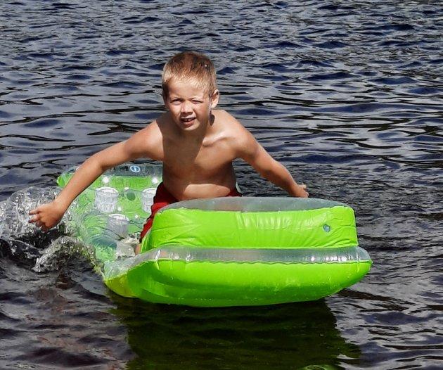 Sondre Bjelland Skeie (snart 9) har nytt fine dagar og  bading på Teksten camping i Gvarv denne ferien.