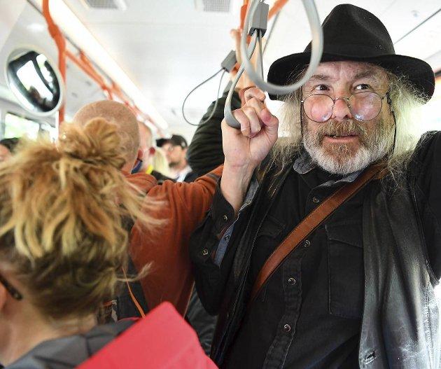Sykepleier og busspassasjer Jørund Løvland. Han jobber på Haraldsplass sykehus, og opplever nå daglig smekkfulle busser når han skal ta seg til og fra arbeid. Fylket, som eier Skyss, bør sørge for at kapasiteten på bussene økes.