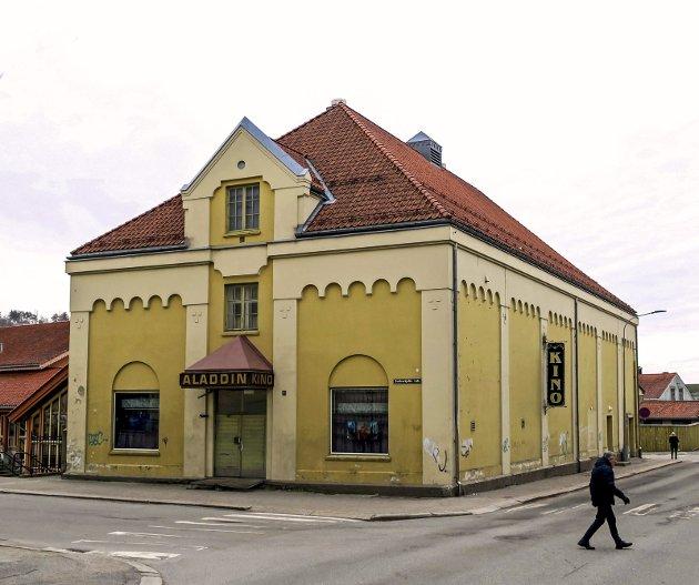 FILMPALASS: Aladdin kino var en av landets største kinoer da den ble åpnet i 1920. Fasadenes manglende vedlikehold bærer bud om kommunal fattigdom. Bak flassende maling er dette likevel et solid teglstensbygg. Foto: Jens Bakke