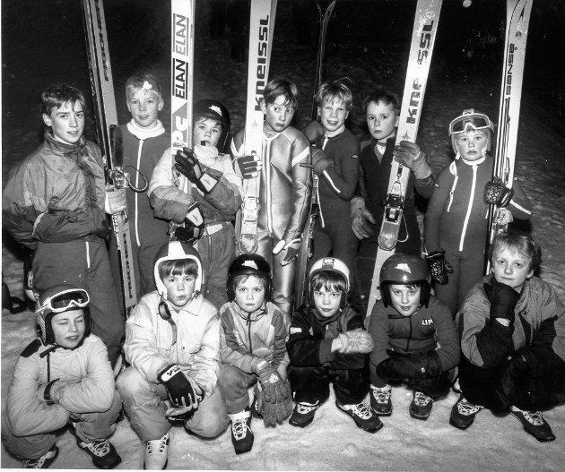 Fra Hoppskolen i Munklia 27. februar 1991. Her er Hoppskolens deltakere samlet på ett brett, med unntak av tre stykker. Forhåpentligvis får vi se mange av disse i aksjon i sesongene som kommer.
