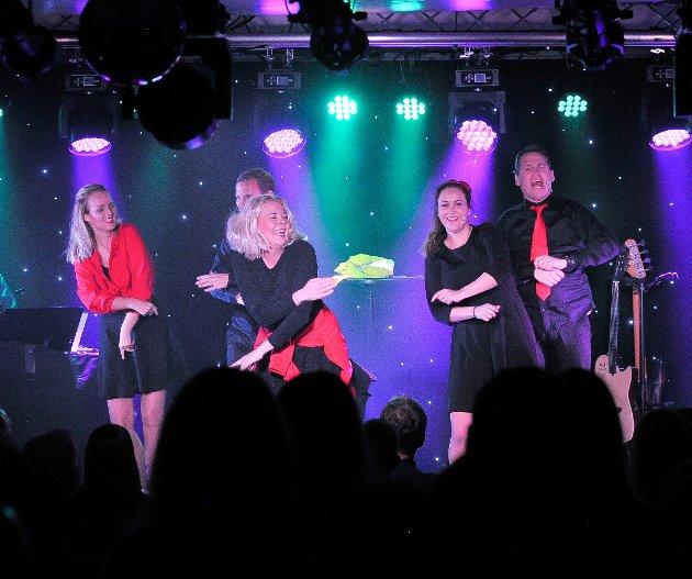 Ivo elsker jula: Fra venstre Anette Holand, Trine Lise Aadne, bak henne Frode Aleksander Rismyhr, Monica Hofstedt-Moe og Espen Rolstad. foto: knut nordhagen