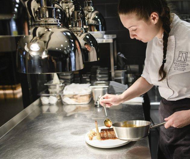 Restaurant- og serveringsbransjen er en av dem som nå sliter med å få tak i kvalifisert arbeidskraft. På Hotel Norge gleder Natalia Borylo seg over at faget hennes er ettertraktet. FOTO: RUNE JOHANSEN