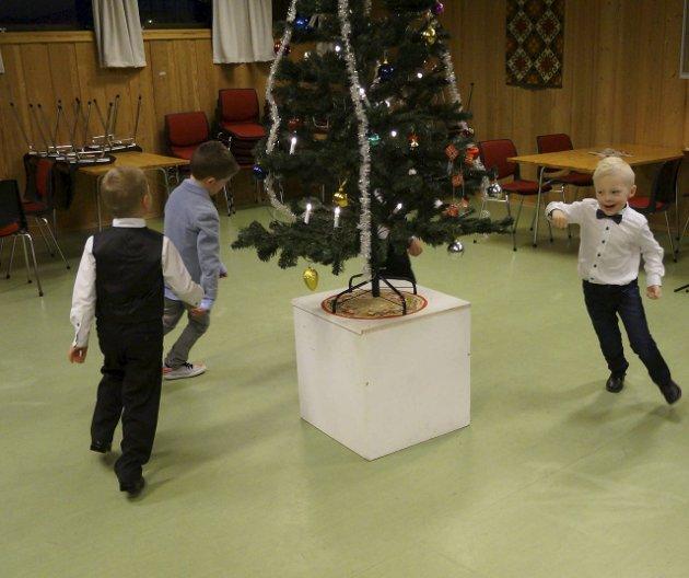 JUL MED DIN GLEDE: Energiske og glade barn på juletrefest i SÅS.