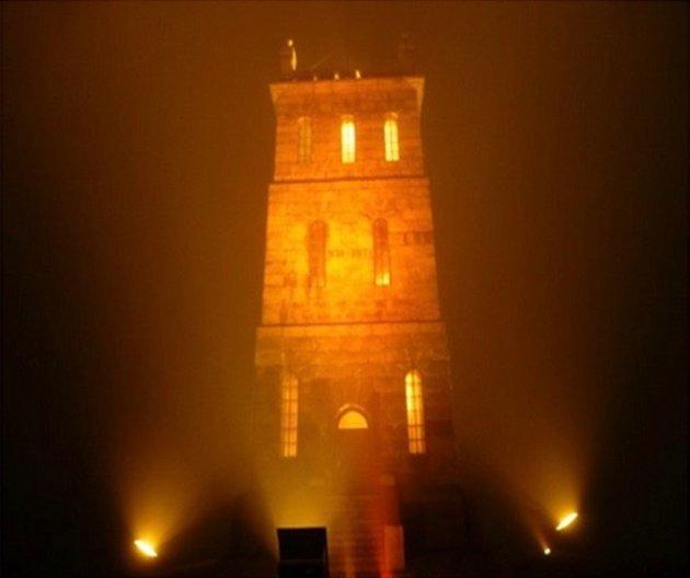 LYSER OPP: Slottsfjelltårnet bader i oransje flomlys som ledd i markeringen av den internasjonale dagen for vold mot kvinner.