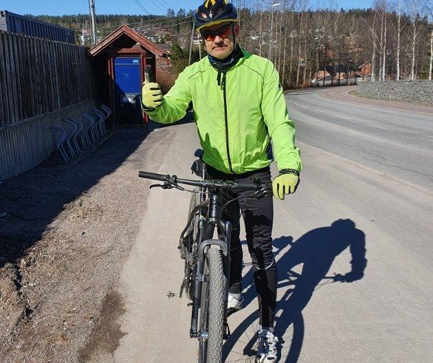 BLI SETT: Pål Eikre er en ivrig syklist, men oppfordrer flere til å hente fram refleksvesten selv om det nå blir stadig lysere kvelder.