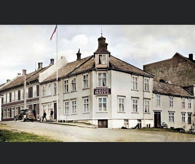 Tidligere ble lagt vekt på fiine utskjæringer og at bygningene skulle være vakre i Namsos, som her med Grand Hotel, Havnegata ca. 1930.  Det tok de seg råd til, skriver Maren Almås Haugen .