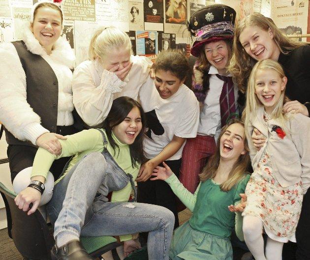 Livlig gjeng: De er en sammensveiset gjeng, teatergruppa fra Skjærgården Kulturskole. De er rare figurer fra Alice i Eventyrland. Bakerst står Ingrid Van der Horst, som er den stressa kaninen til dronningen, Julie Kornelia Versto Vold, hjerteknekt, Isabelle Restrepo Wetlesen er Fallera og sparknekt, Ada Lassen-Urdahl er Hattemakeren, Emilie Henriksen er sparkort og Falleri. Foran fra venstre er Amira Johansen som er Harald Hare i te-selskapet, Astrid Egtvedt er den grønne kålormen. Tilde Skåtun i svart er mus, og hun holder på skuldrene til Mia Isabel Skåtun, som både er hennes lillesøster, og lillesøsteren til Alice i stykket. Alice selv, Vera Landsley, var på scenen da bildet ble tatt, men bilde av henne og katten Filur som spilles av Maya Christensen finner du i bildeserien på wwww.oyene.no, sammen med noen bilder fra øvingen. foto: therese eskelund